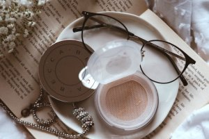 Wodny puder, to możliwe? Becca - Hydra-Mist Set and Refresh Powder
